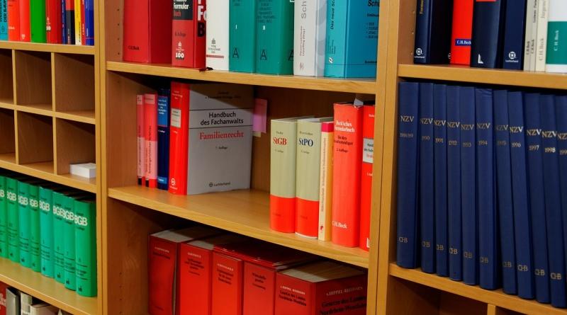 bookcase-335850_1280